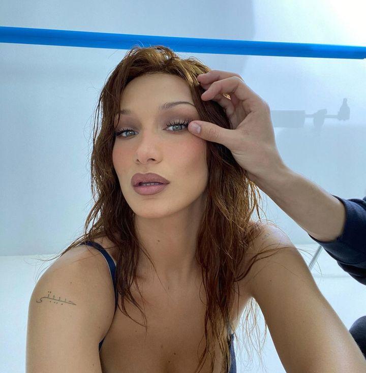 Le mannequin Bella Hadid porte les sourcils minces.
