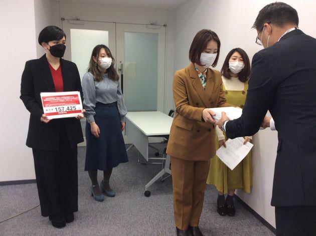 東京オリンピック・パラリンピック大会組織委員会に署名を提出するみたらし加奈さん、鶴田七瀬さん、櫻井彩乃さん、能條桃子さん。