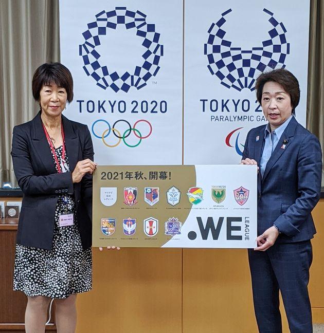 橋本聖子五輪担当相(当時、右)を訪れたサッカー女子プロリーグ「WEリーグ」の岡島喜久子チェア=2020年10月16日、東京都千代田区