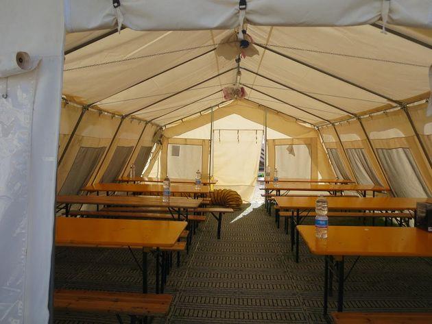 イタリアの避難所の食堂。食事をする場所と寝る場所は分かれている
