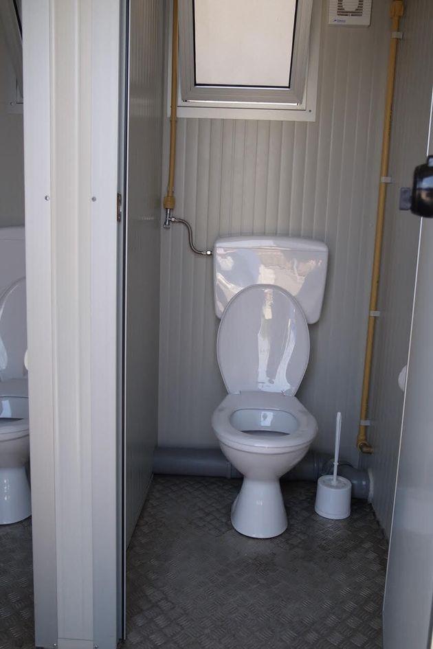 イタリアの避難所にあるコンテナ式の水洗トイレ