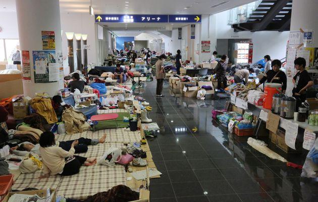 避難所となった体育館の廊下で過ごす熊本地震の被災者=2016年4月26日、熊本県益城町