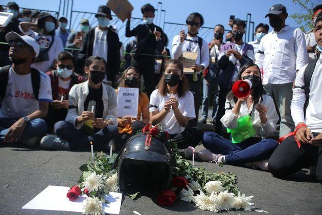 Διαδηλωτές προσφέρουν λουλούδια για την αδικοχαμένη