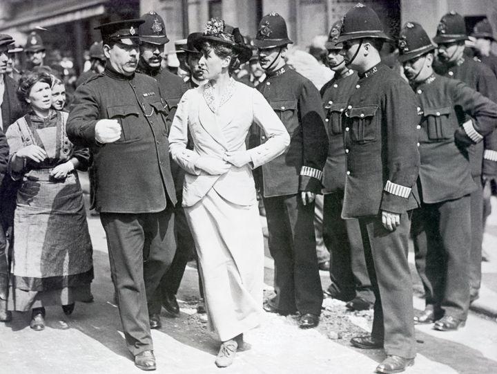 Una sufragista arrestada por la policía británica en 1912.