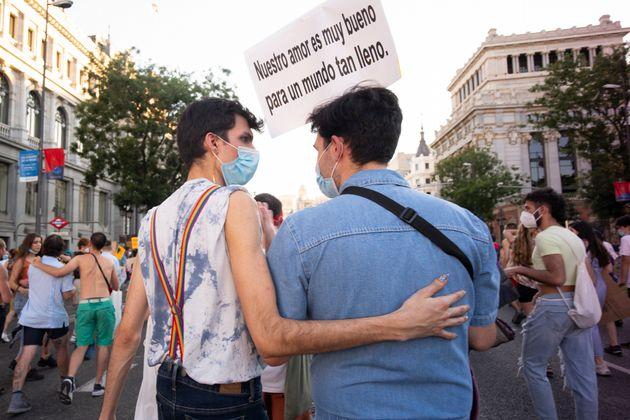 Una pareja durante la manifestación del Orgullo en