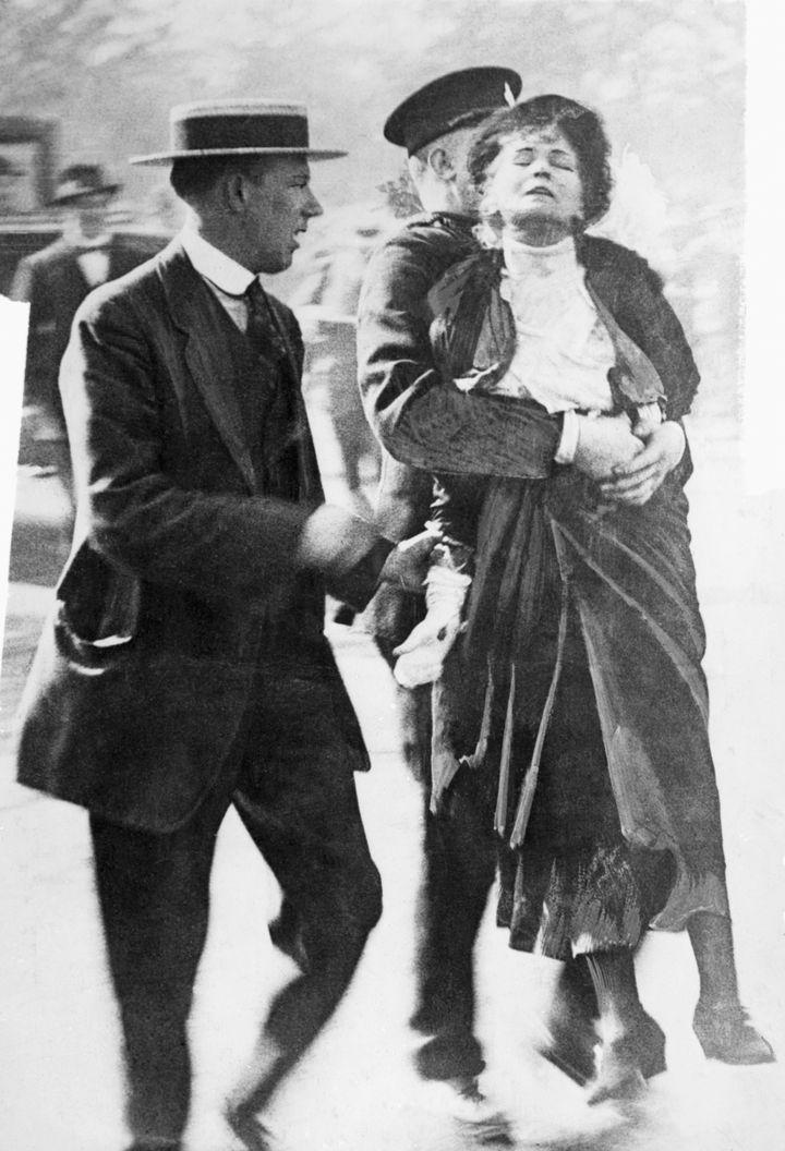 Emmeline Pankhurst detenida por la Policía en 1914.