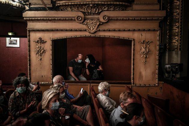 Des spectateurs au théâtre Antoine à Paris, le 22 juin