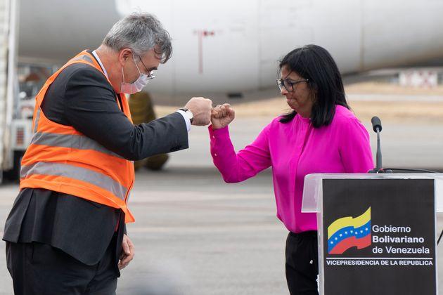 La vicepresidenta venezolana Delcy Rodriguez saluda al embajador ruso en Venezuela, Sergey Melik-Bagdasarov,...