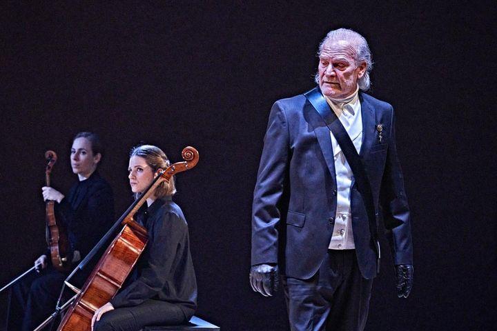 Lluis Homar y el Cuarteto Bauhaus en una escena de 'El príncipe constante'.