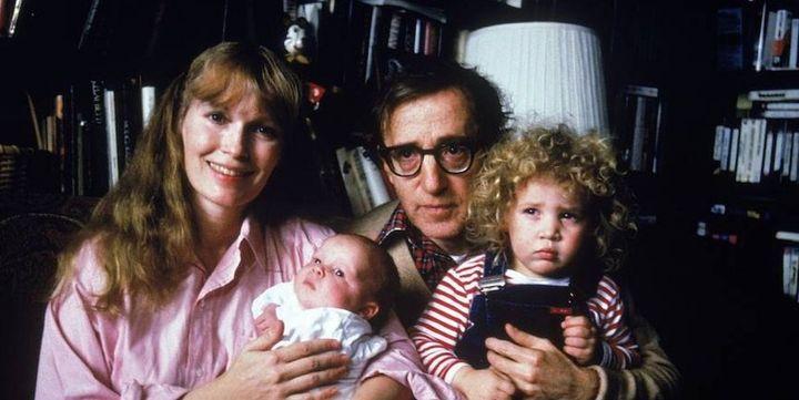 Retrato familiar de Mia Farrow, Woody Allen y sus hijos Satchel (después Ronan) y Dylan en 1988.