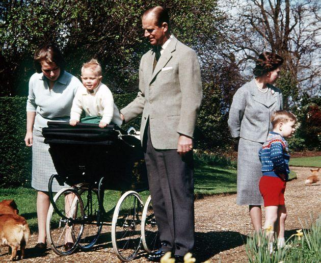 El duque de Edimburgo con la reina y sus hijos, el príncipe Eduardo –el bebé–,...