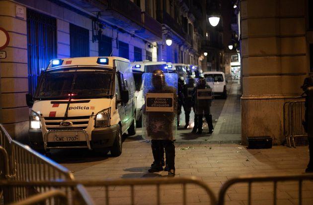 Los manifestantes de Barcelona en apoyo a Pablo Hasel se concentran ante la Jefatura de Policía de la...