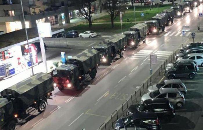 I camion militari che attraversano Bergamo la sera del 18