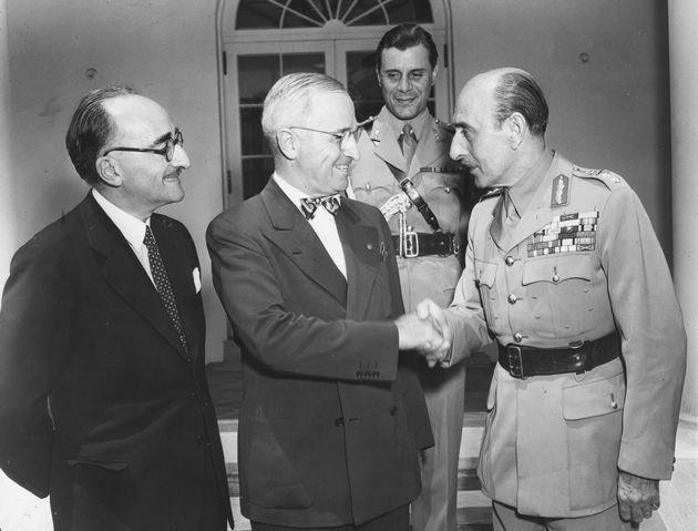 O Στρατηγός Παπάγος (αριστερά) σε χειραψία με τον