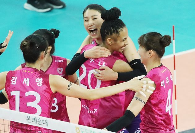 19일 오후 인천 계양체육관에서 열린 프로배구 '2020-21시즌 도드람 V리그' 여자부 흥국생명과 KGC인삼공사의 경기에서 흥국생명 김연경과 선수들이 득점 성공에 기뻐하고