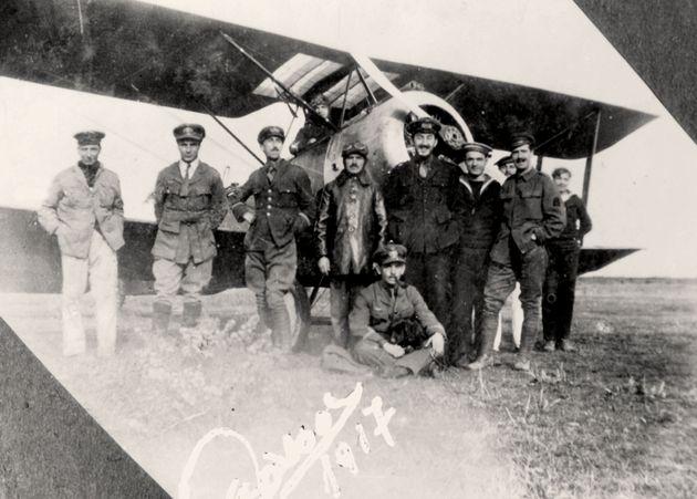 Έλληνες αξιωματικοί και υπαξιωματικοί στο αεροδρόμιο της Θάσου,