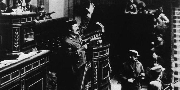 Antonio Tejero, en una de las imágenes más famosas del intento de golpe de Estado del 23 de febrero de