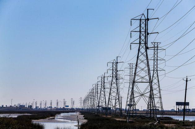 Des lignes électriques à Texas City, au Texas, le 19 février