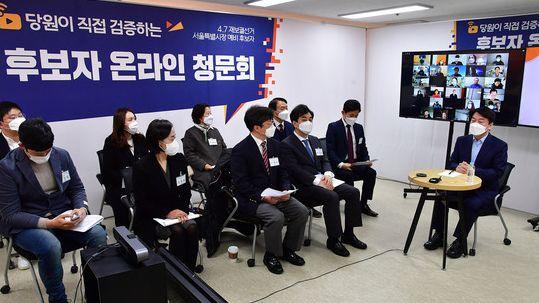 서울시장 보궐선거에 출마한 안철수 국민의당 대표가 22일 여의도 인근에서 당원이 직접 검증하는 '후보자 온라인 청문회'에 참석해 질의에 답하고 있다.