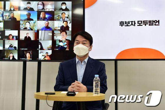 서울시장 보궐선거에 출마한 안철수 국민의당 대표가 22일 여의도 인근에서 당원이 직접 검증하는 '후보자 온라인 청문회'에 참석해 인사말을 하고 있다.