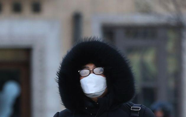 전국 대부분 지역에 한파특보와 강풍특보가 발효된 1월 29일 오전 서울 종로구 광화문네거리에서 시민들이 잔뜩 움츠린 채 출근길 발걸음을 재촉하고
