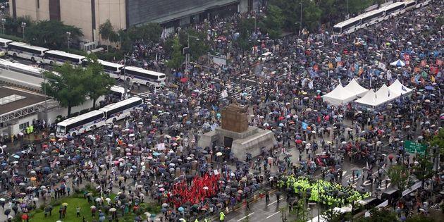 보수단체 회원들이 15일 서울 종로구 광화문광장에서 집회를 하고 있다.