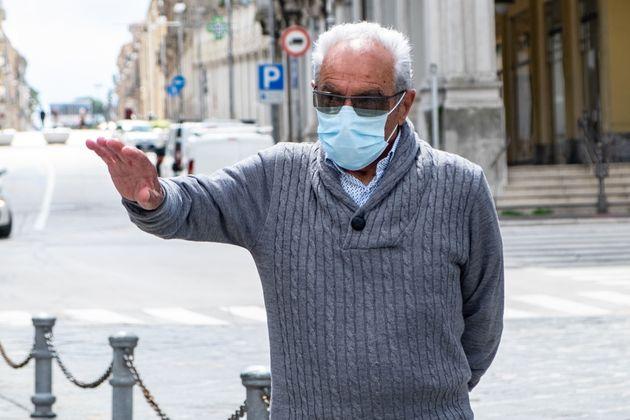 Un hombre, con gafas y mascarilla en