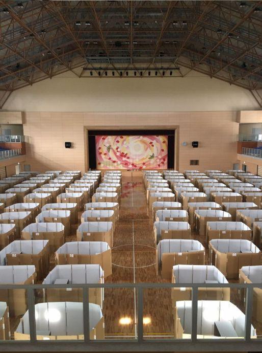 避難所として開放され、段ボールベッドが配置された益城町の総合体育館