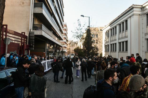 Συγκέντρωση διαμαρτυρίας καλλιτεχνών έξω από το υπουργείο