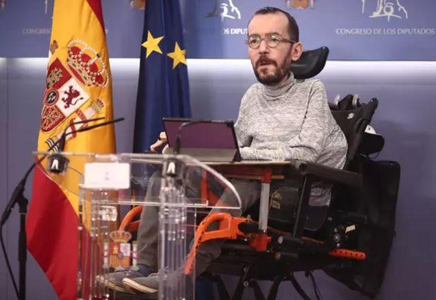 El portavoz parlamentario de Podemos, Pablo Echenique, en una rueda de prensa en el