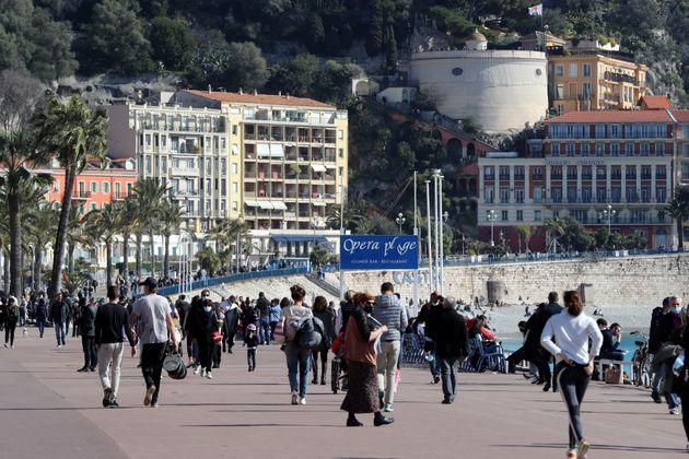Le 20 février 2021, des Français le long de la promenade des Anglais, à Nice (qui...