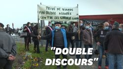 Contre le menu unique sans viande, des agriculteurs manifestent près de la mairie de