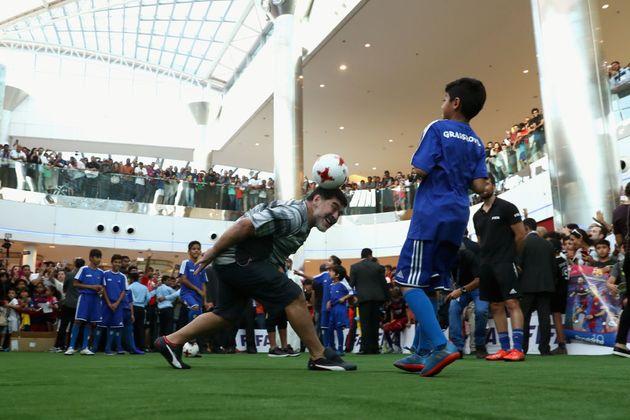 Nell'allegria dei bambini Dieguito Maradona continua a vivere e