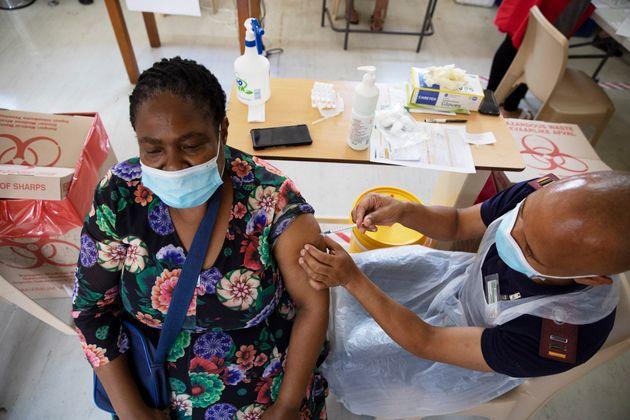 Une soignante reçoit une dose du vaccin de Johnson & Johnson contre le Covid-19 en Afrique...