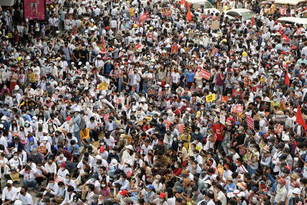 Sciopero e manifestazioni di massa, il popolo del Myanmar sfida i Generali