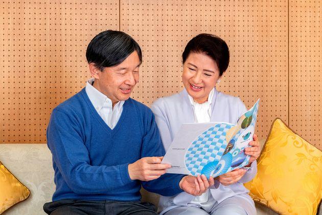 皇后雅子さまと共に出席した国際会議のパンフレットを手に語る天皇陛下=2021年2月2日午後、赤坂御所、宮内庁提供