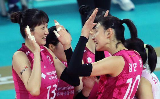 19일 오후 인천 계양체육관에서 열린 프로배구 '2020-21시즌 도드람 V리그' 여자부 흥국생명과 KGC인삼공사의 경기에서 흥국생명 김연경과 김세영이 득점 성공에 기뻐하고 있다.