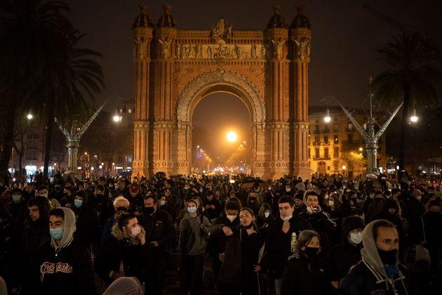 Ακόμη μια νύχτα στους δρόμους της Ισπανίας υπέρ του φυλακισμένου ράπερ Πάμπλο