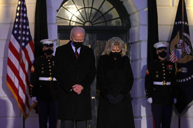 Il presidente Joe Biden e la moglie Jill ricordano le vittime del