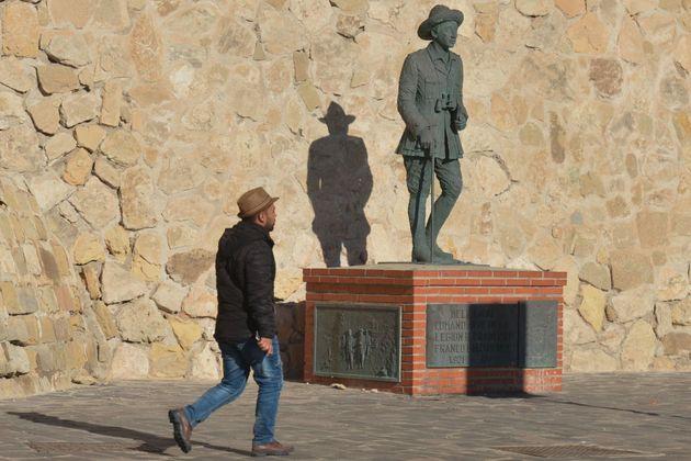 Un hombre pasea ante la estatua de Franco en