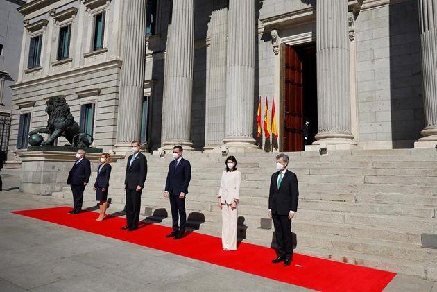 El rey Felipe VI posa junto con el presidente del Gobierno, Pedro Sánchez, el presidente del Tribunal...