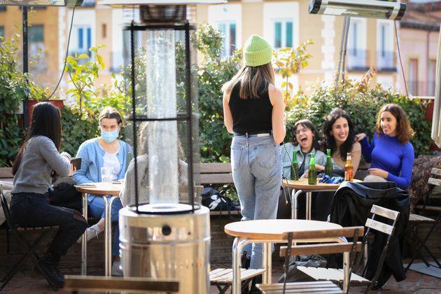 Varias personas, en la terraza de un bar de Madrid el 5 de febrero de