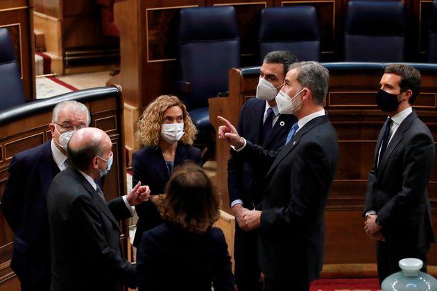 Bate, Pedro Sánchez, el rey y Casado en el Hemiciclo del Congreso tras el acto del