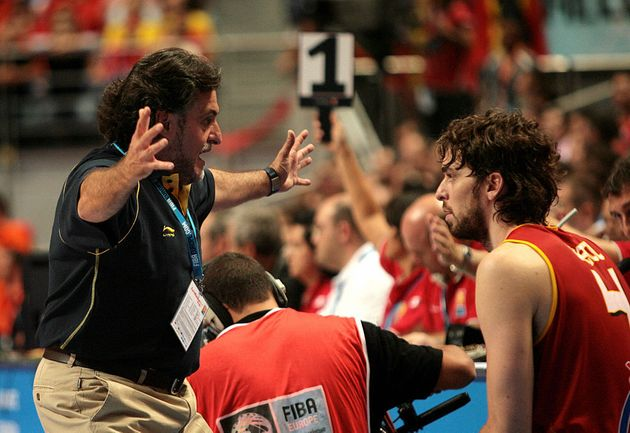El seleccionador Pepu Hernández habla con Pau Gasol durante la final del EuroBasket de