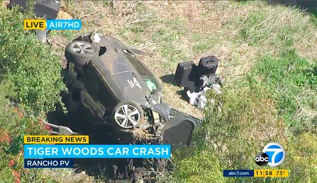 KABCテレビの空撮映像では、タイガー・ウッズさんが運転していたSUVが横転したままの様子が映っている=AP