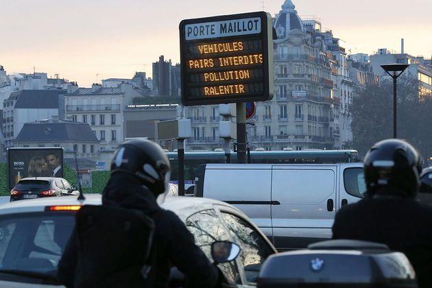 Des mesures de diminution de la circulation automobile prises à Paris lors d'un pic de pollution,...