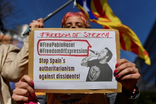 Un manifestante sostiene un cartel durante una reunión frente a la Comisión Europea convocada...