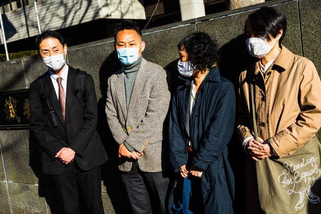 24日の期日後、取材に応じた弁護団の永野弁護士(左)と原告ら