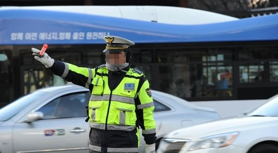 교통 정리를 하는 경찰관(해당 내용과