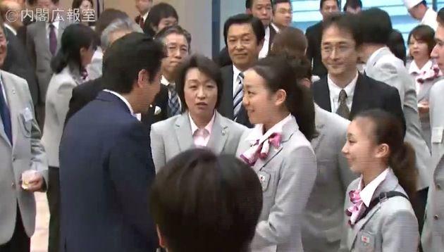 橋本聖子氏(中央)が浅田真央選手に安倍首相とのハグを勧めるシーン(政府インターネットテレビより)